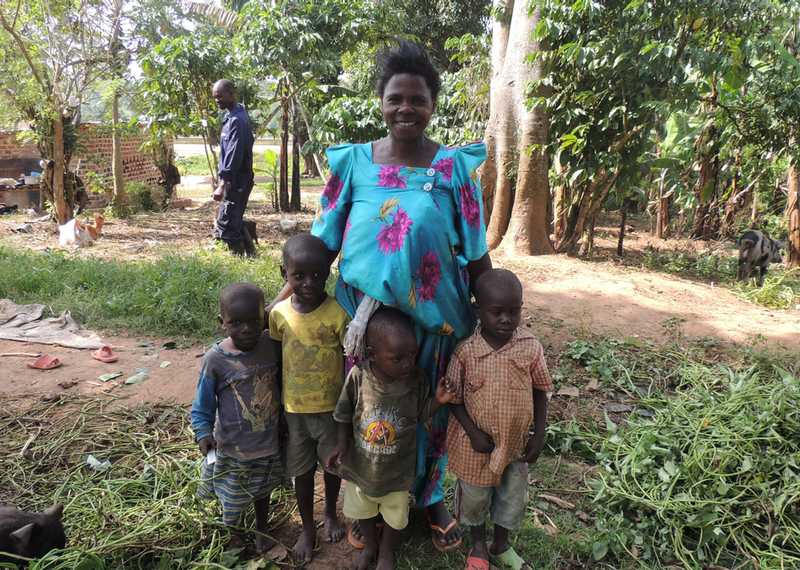 Mukono pig farmer Regina Nasamba and her children. Regina keeps 10 pigs and grows crops on her smallholder farm in Mukono Distict, Uganda